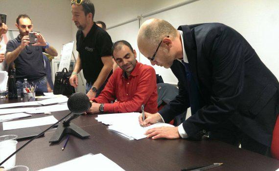 Il neo-presidente alla firma per l'accettazione dell'incarico